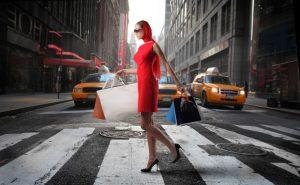 Mujer de ruta de tiendas